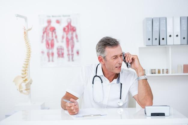 Doktorschreiben auf klemmbrett und anrufen