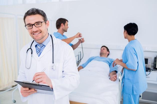 Doktorschreibensberichte mit patienten und chirurgen im hintergrund