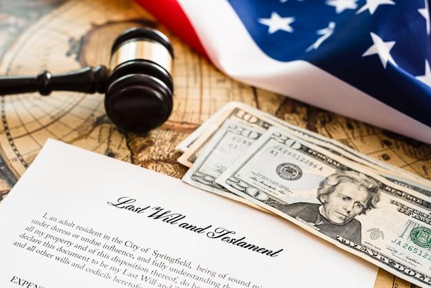 Dokument des testaments und des testaments, hintergrund mit einer amerikanischen flagge.