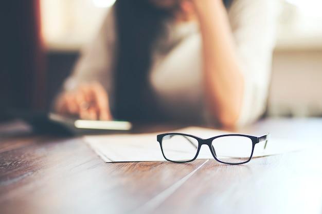 Dokument und brille liegen auf dem tisch