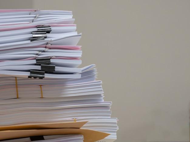 Dokument, viele jobs warten darauf, auf dem tisch erledigt zu werden, beschäftigt konzept