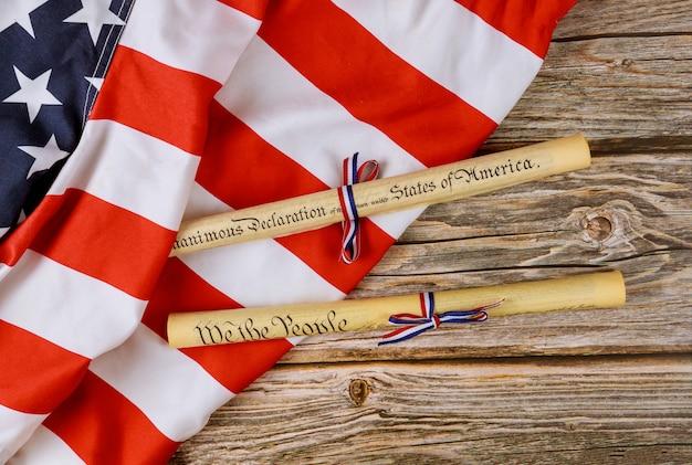 Dokument zur unabhängigkeitserklärung am 4. juli mit pergamentrolle und us-flagge