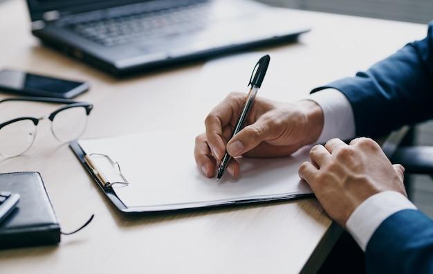 Dokumente büro laptop briefpapier business finance männer hände und brille
