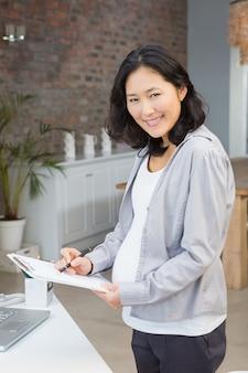 Dokumente der schwangeren frau lesezu hause
