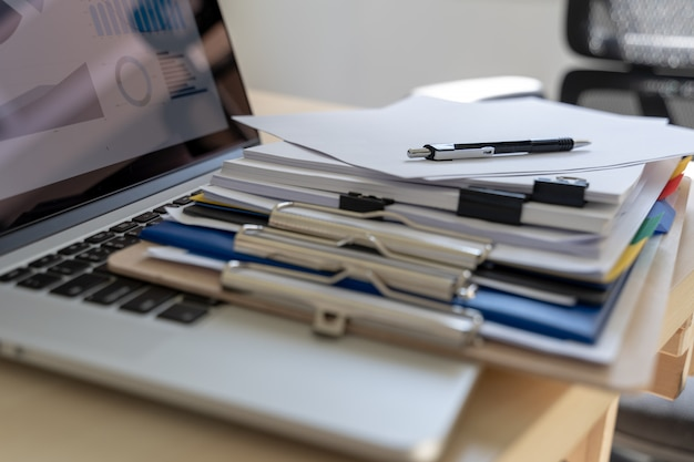 Dokumente des geschäftsmannarbeitslesediagramms finanzieren zum berufserfolg