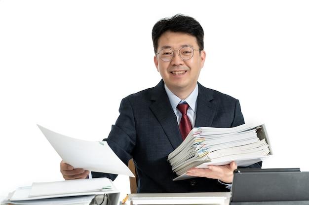 Dokumente oder berichte gestapelt mit asiatischen männlichen geschäftsmann mittleren alters.