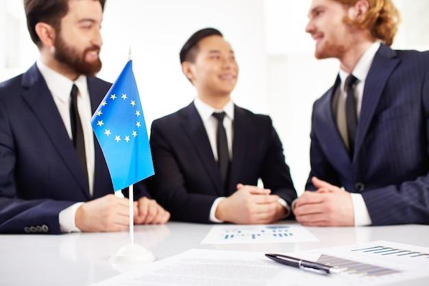 Dokumente und europa flagge vordergrund
