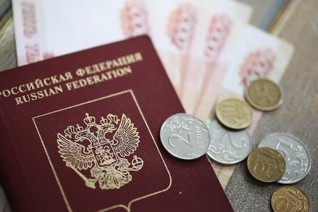 Dokumente und geld auf dem boden russischer pass und währung