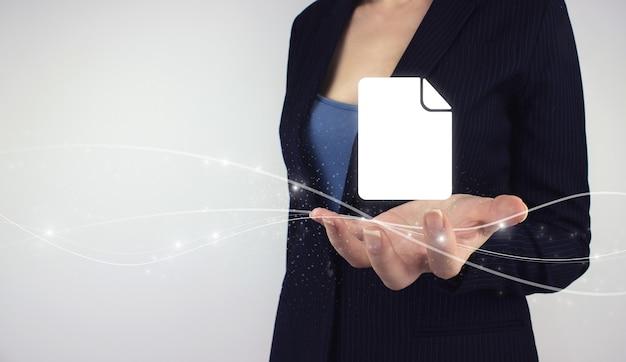 Dokumenten-management-system-geschäftskonzept. hand halten digitale hologramm-geschäftsdokumente auf grauem hintergrund. unternehmensdatenmanagementsystem dms.
