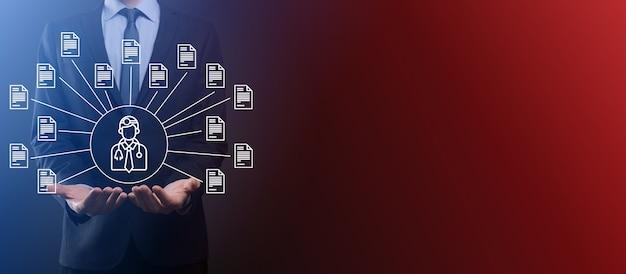 Dokumentenmanagementsystem dms. geschäftsmann hält arzt- und dokumentensymbol. software zum archivieren, suchen und verwalten von unternehmensdateien und informationen. internet-technologiekonzept. digitale sicherheit.