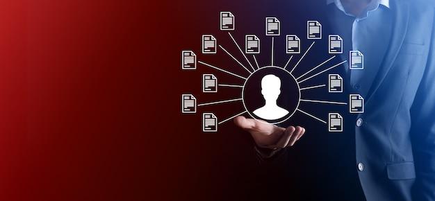 Dokumentenmanagementsystem dms. geschäftsmann hält benutzer- und dokumentsymbol. software zum archivieren, suchen und verwalten von unternehmensdateien und -informationen. internet-technologiekonzept. digitale sicherheit.