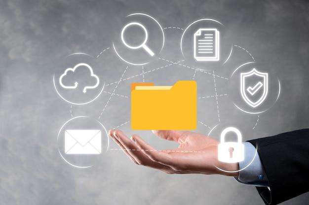 Dokumentenmanagementsystem dms. geschäftsmann hält ordner- und dokumentsymbol. software zum archivieren, suchen und verwalten von unternehmensdateien und -informationen. internet-technologiekonzept. digitale sicherheit