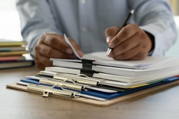 Dokumentenschreibarbeitsstapel geschäftspapierdokumente auf büro auf schreibtischbuchhaltungspapierdatei