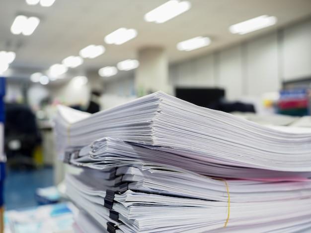 Dokumentenstapel auf dem tisch, geschäftskonzept