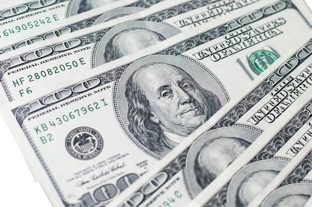 Dollar banknoten auf weißem isoliertem hintergrund. globales finanzkrisenkonzept