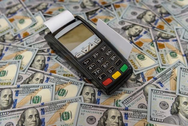 Dollar-banknoten für terminal mit kreditkarte