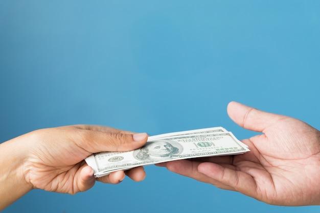 Dollar-banknoten-währungs-geschäfts-konzept, nahaufnahme von den händen, die geld halten