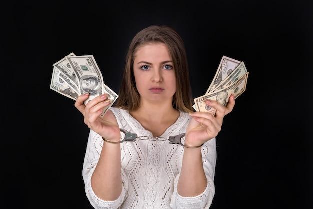 Dollar bestechung in frauenhänden in handschellen geteilt