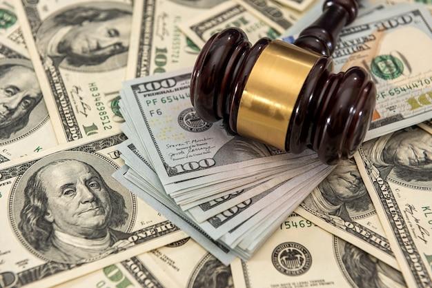 Dollar geld und richter hammer auf dem tisch. urteil und bestechung. korruption