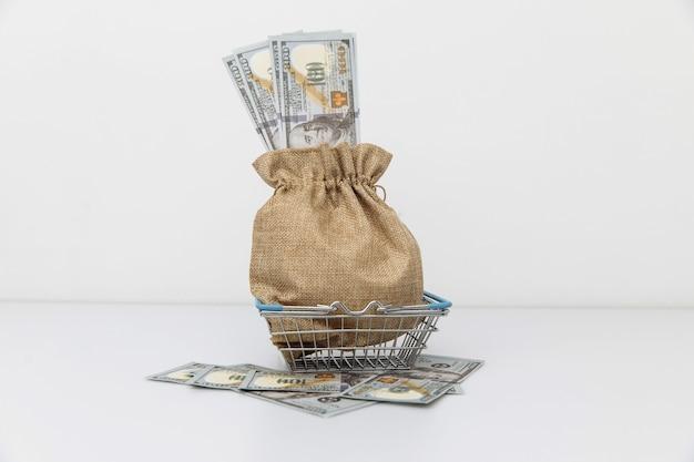Dollar-geldbeutel auf einkaufswagengewinnen und supergewinnen super