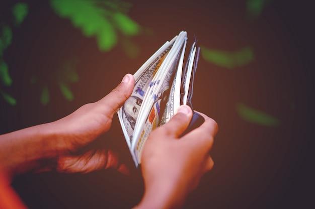 Dollar hand und geldbeutel bilder konzept der geschäftsfinanzierung