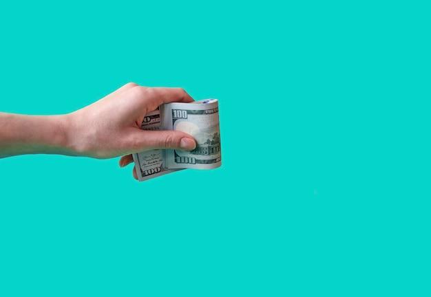 Dollar in der hand auf blau