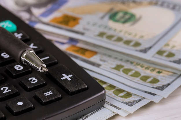 Dollar in taschenrechner und stift