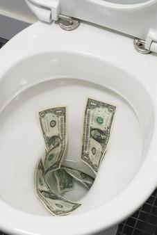 Dollar-rechnungen auf der toilette