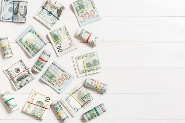 Dollar-scheine. stapel von hundert dollarscheingeld auf farbigem spitzen-wiev mit copyspace für ihren text im geschäft