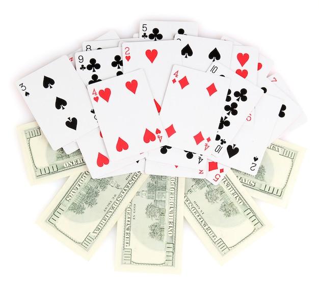 Dollar und ein kartenspiel auf weiß