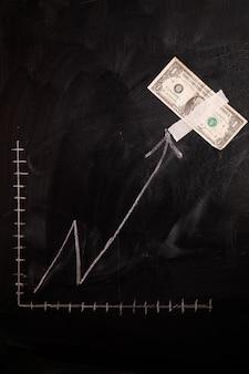 Dollar-wachstumstabelle auf tafel gezeichnet