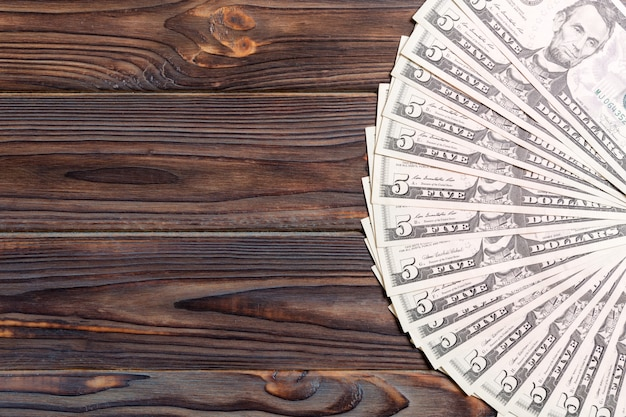 Dollarbanknoten auf hölzernem hintergrund