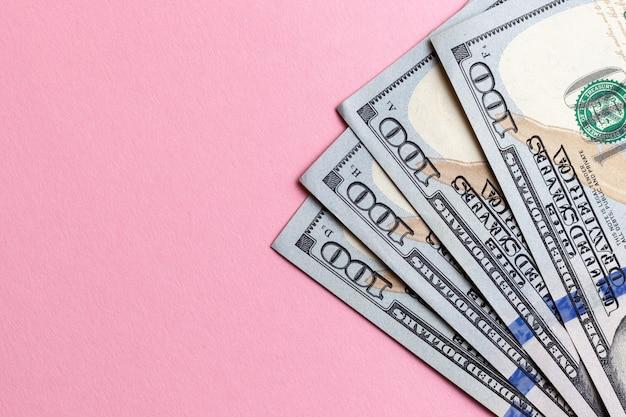 Dollarbargeldwährung am rosafarbenen hintergrund.