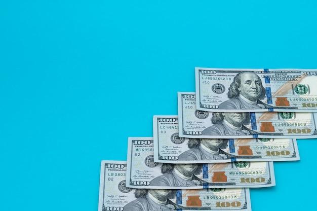 Dollarbarscheine auf einem blauen hintergrund.