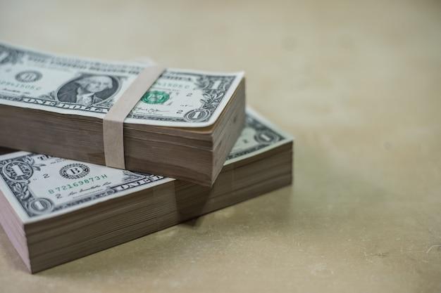 Dollargeld auf hölzerner beschaffenheit