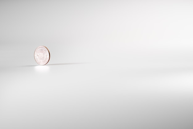 Dollarmünze, die auf weißen hintergrund, konzept der amerikanischen wirtschaft sich dreht.