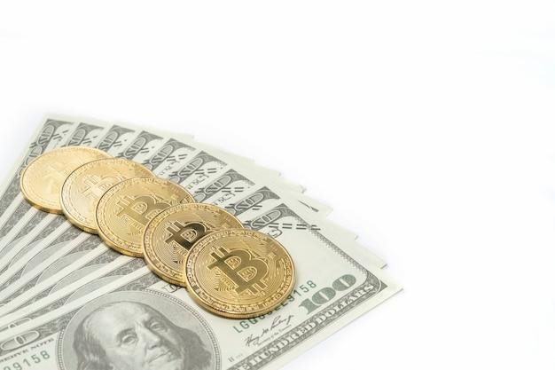 Dollarnoten mit bitcoins auf weiß