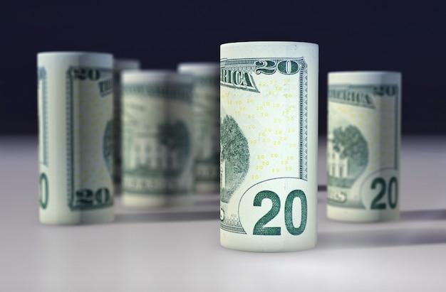 Dollarnoten rollen auf weißem tisch