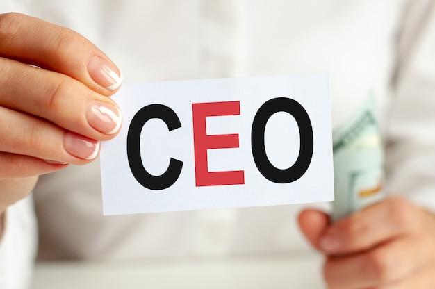 Dollarschein, weißes notizblattblatt auf dem weißen hintergrund. text des ceo. finanz- und wirtschaftskonzept.