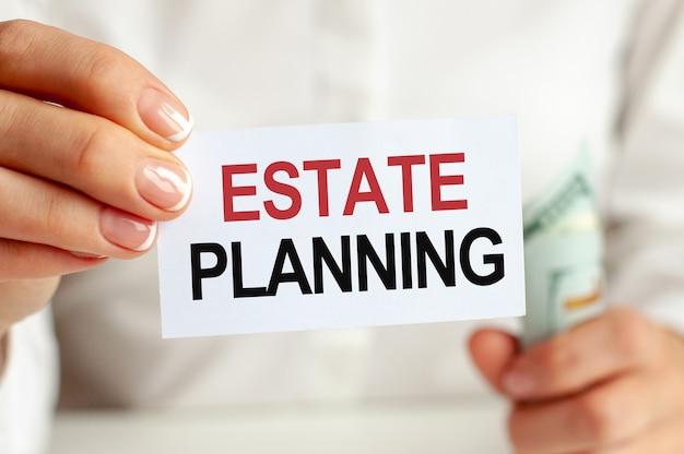 Dollarschein, weißes notizblockblatt an der weißen wand. estate planning text. finanz- und wirtschaftskonzept. finanzkonzept.