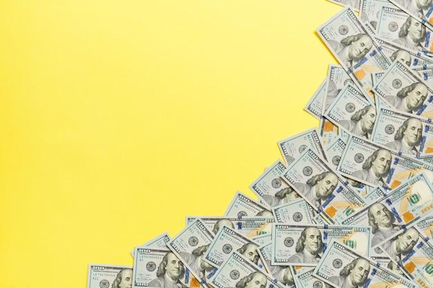 Dollarscheine a auf einem hellfarbigen hintergrund. textfreiraum, ansicht von oben business-konzept