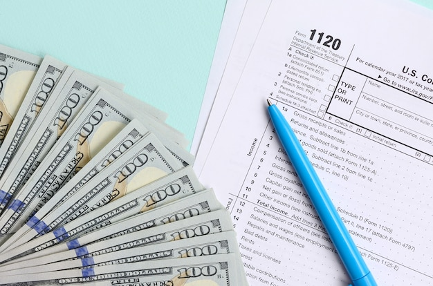 Dollarscheine und blauer stift mit steuerformular