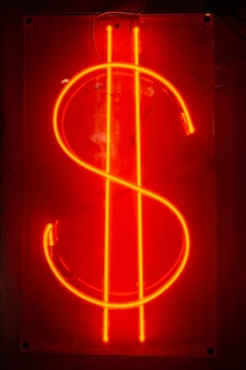 Dollarzeichen im neon. neon abkürzung des amerikanischen dollars. cyberpunk neon minimal
