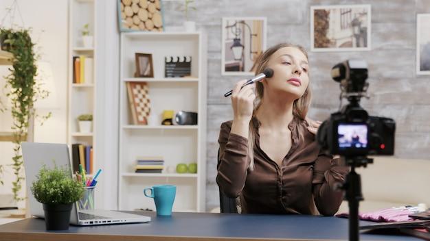 Dolly-aufnahme eines berühmten influencers, der vor der kamera über kosmetik spricht. kreativer inhaltsersteller.