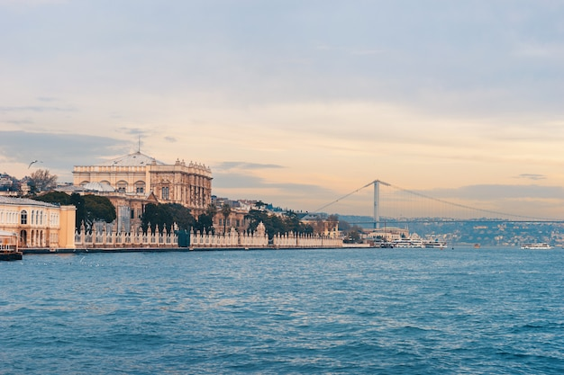 Dolmabahche-palast in istanbul vom wasser.