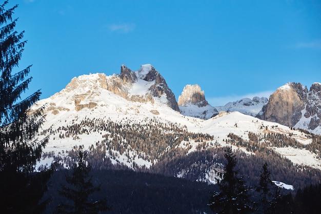Dolomitberge mit schnee bedeckt
