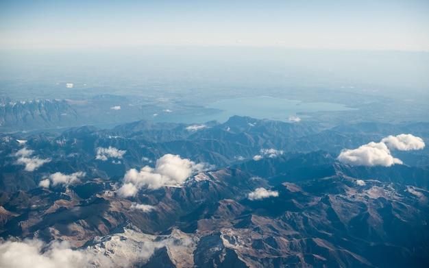 Dolomiten alpen - italien berge unter wolken. blick vom flugzeug.