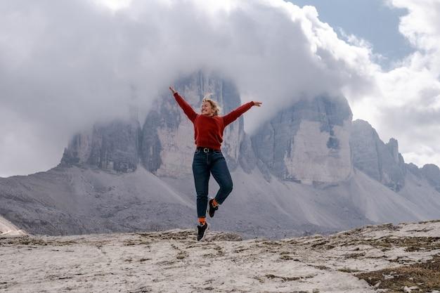 Dolomiten alpen italien mädchen schweben auf dem hintergrund der gipfel von tre cime di lavaredo