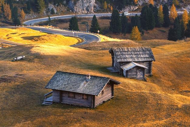 Dolomitengebirgslandschaft im herbst