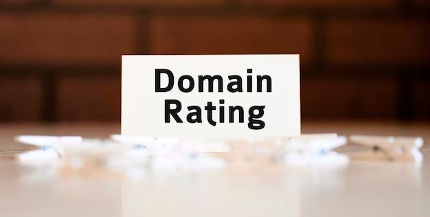 Domain-bewertungstext auf weißer liste und mit wäscheklammern